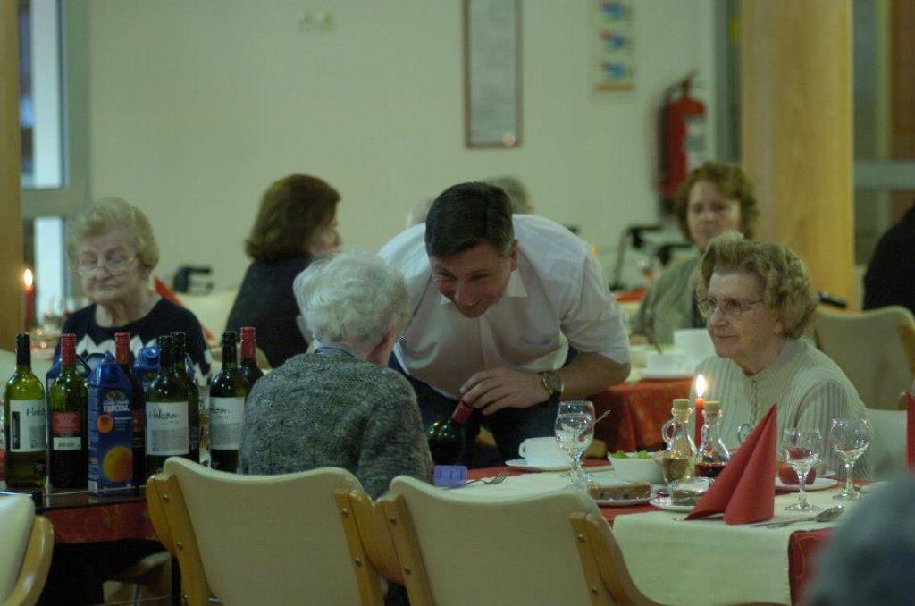 FOTO: Predsednik Pahor za božič kot natakar