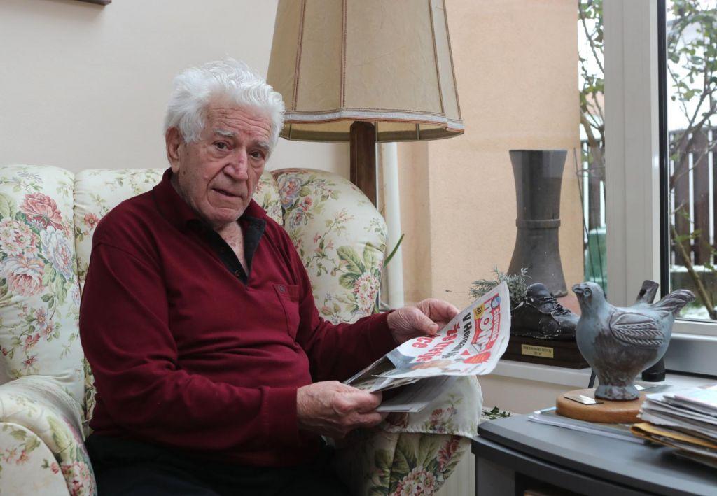 Slovenec leta še vnuke okužil s časopisom