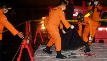 V vrečkah naj bi bili posmrtni ostanki potnikov z letala. FOTO: Antara Foto Via Reuters