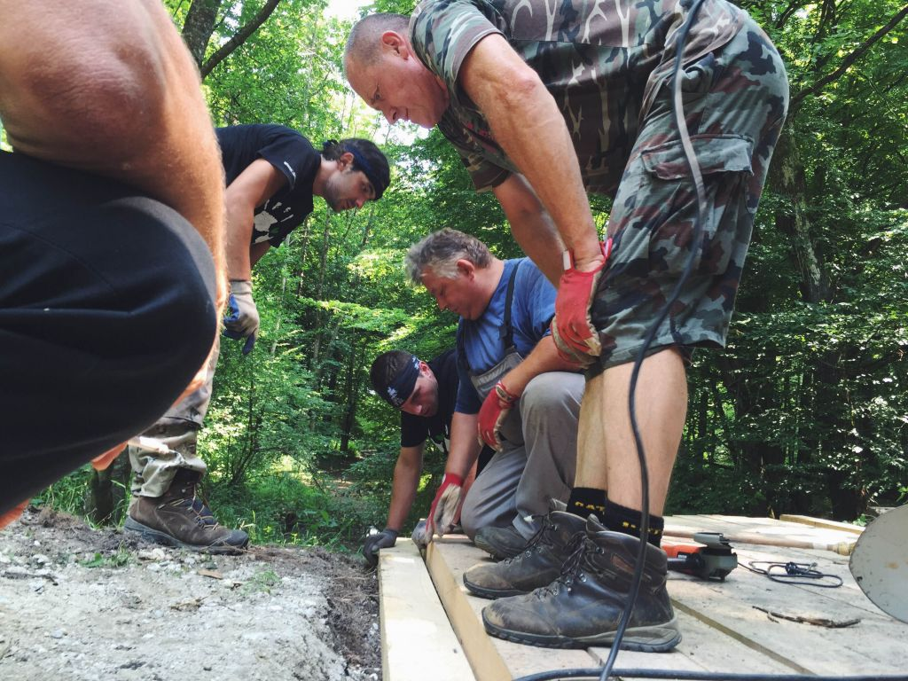 Študentska brigada gradi mostove