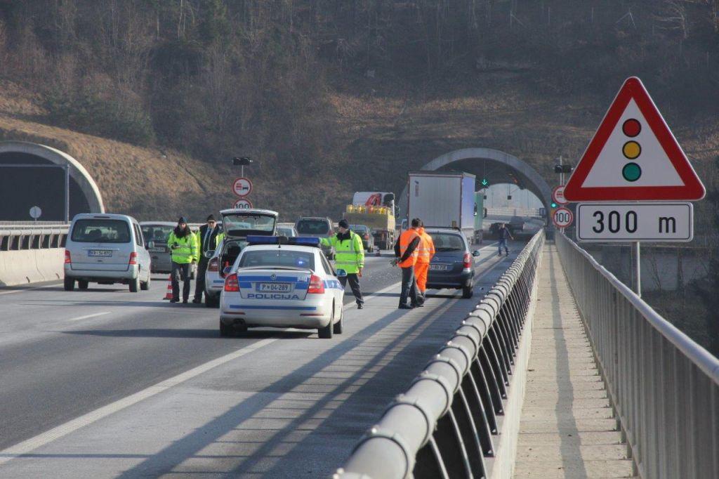 Sredi avtoceste stopil pred tovornjak in umrl