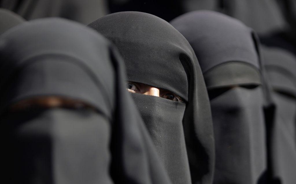 Vlada v bran burkam in nikabom