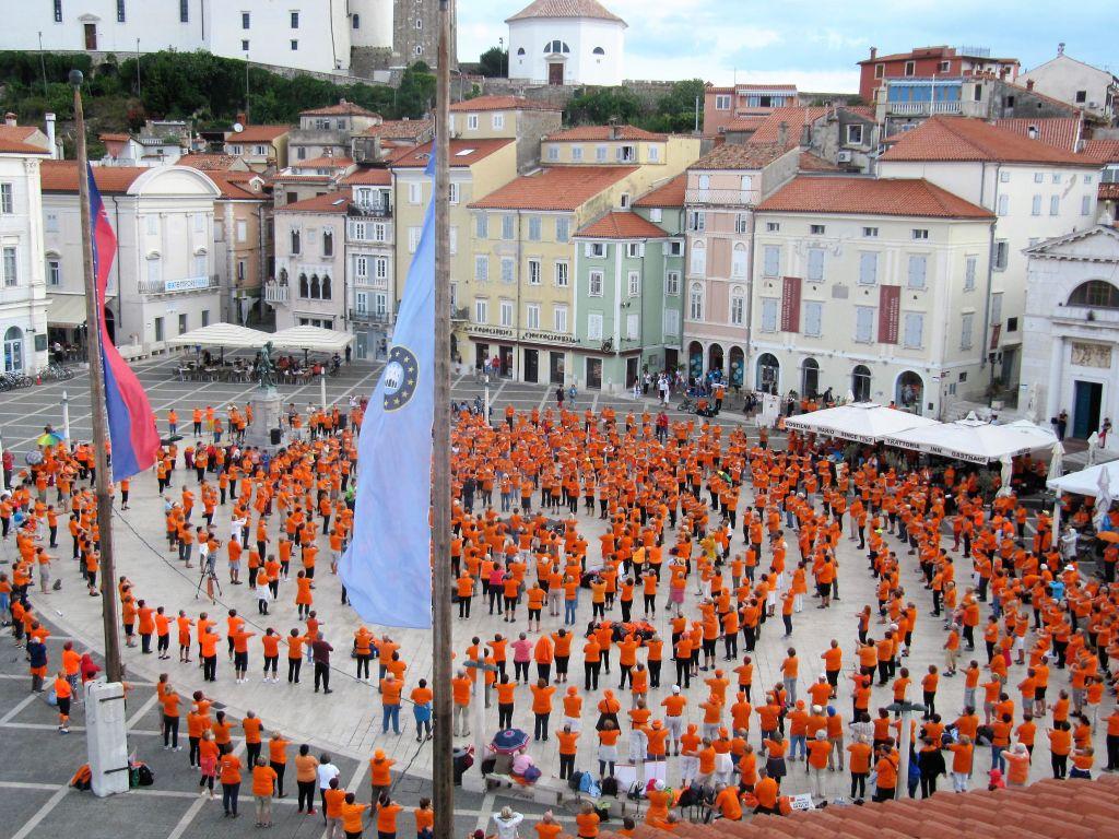 FOTO: Telovadci v oranžnem pod Tartinijem